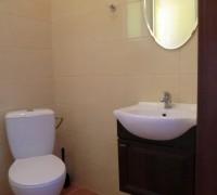 Przestronna łazienka z kabiną prysznicową i umywalką