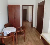 Widok od strony okna balkonowego na wejście do łazienki, przestronną szafę i pokój przechodni