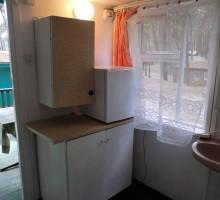 Domek mały z WC i umywalką - przedpokój