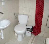 Łazienka z prysznicem i umywalką w budynku Ośrodka Delfin Mrzeżyno