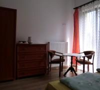 Widok na stolik, szafę i komodę w pokoju z widokiem na morze