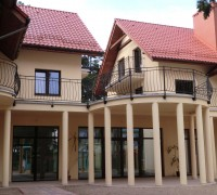 Villa Dolce Vita - widok na kolumnadę i stołówkę