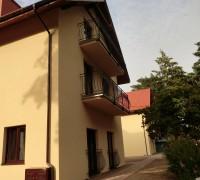 Villa Dolce Vita Mrzeżyno - widok na lewe skrzydlo od strony podjazdu